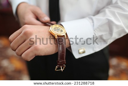 men\'s watches on the arm