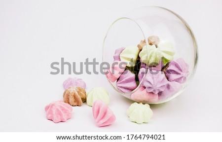 Meringue on a white background. Multi-colored meringues. cup on a white background. Meringue banner. background Foto d'archivio ©