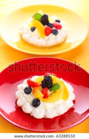 Meringue Pavlova with air cream and fresh berry