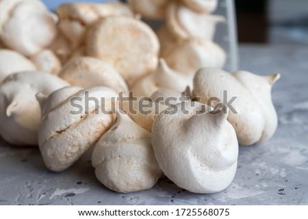 Meringue. sweet meringues. Meringue tray. Close up photo of meringues. Dessert Background. Foto d'archivio ©