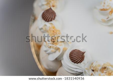 Meringue. sweet meringues. Meringue tray. Close up photo of meringues. Dessert Background. Cake of Meringue. Meringata italiana.  Foto d'archivio ©