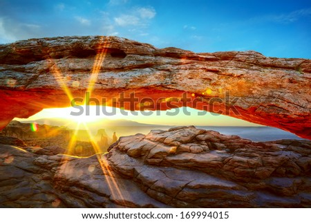 Mesa Arch at sunrise in Canyonlands National Park, Utah, USA