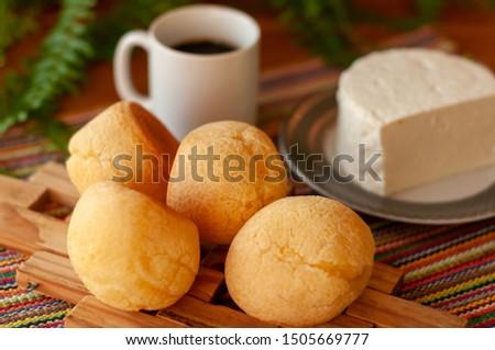 Mesa de café da manha na fazenda. Pão de queijo xícara de café e queijo. Foto stock ©