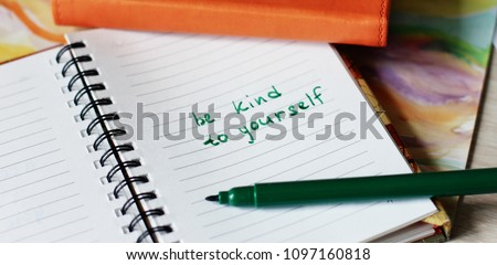 Message, notepad. Make notes, faith. Be kind to yourself. Life coaching. Love yourself. Help yourself. Writing. Happy lifestyle. Letter. Mantra. Positive thinking. Body and soul. Be happy. Foto stock ©