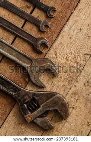 Metallic spanners over a wooden surface