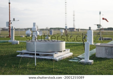 meteorological equipment and sensors placed in a wide and spacious meteorological instrument park. This equipment is used to obtain meteorological and climatological data Foto stock ©