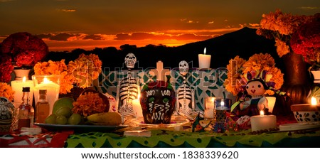 Mexican day of the dead altar at sunset at dim candlelight Foto stock ©
