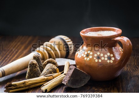Mexican hot cocoa with ingredients and traditional wooden whisk Foto stock ©