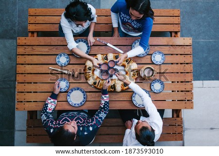 Mexican people eating Rosca de reyes or Epiphany cake, Roscon de reyes with traditional mexican chocolate cup in Mexico top view Foto stock ©