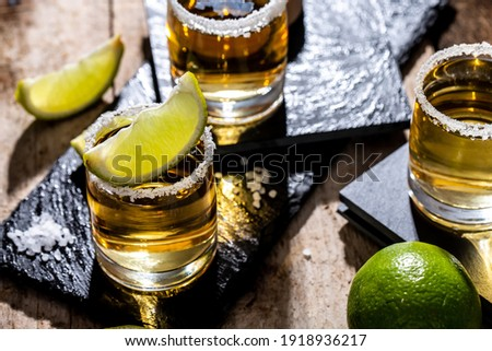 Mexican tequila with lime and salt on black background. space for text. concept luxury drink. Alcoholic drink Foto stock ©