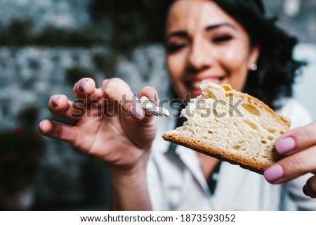 Mexican woman eating rosca de reyes or Epiphany cake, Roscon de reyes with traditional mexican chocolate cup Foto stock ©