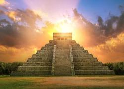 Mexico, Chichen Itzá, Yucatán. Mayan pyramid of Kukulcan El Castillo at sunset