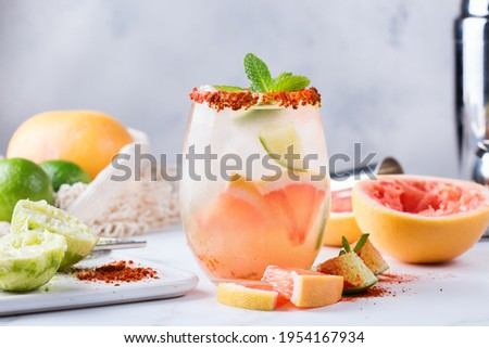 Mezcal or mescal Paloma cocktail with grapefruit and seltzer water Foto stock ©