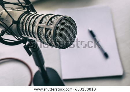 Microphone, sheets of paper and pen Stok fotoğraf ©