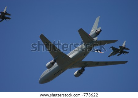 Mid-air refuel f-16