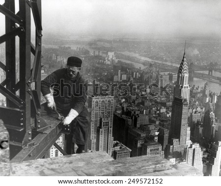Middle aged iron worker at the Empire State Building construction site, 1930. The Chrysler Building's spire is at right. Photo By Lewis Hine. Stockfoto ©