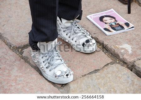 Постер, плакат: Man poses for photographers, холст на подрамнике
