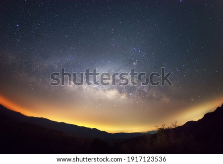 Milky way galaxy with stars and space dust in the universe, long speed exposure. Baan Na Sak, Mae Moh Lampang Thailand. Stockfoto ©