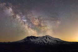 Milky way over Mt St Helens Volcano Johnston Ridge Observatory Loowit Viewpoint astrophotography night scape