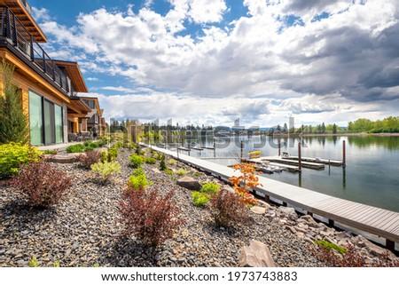 Million dollar waterfront homes along the Spokane River near lake Coeur d'Alene, in the mountain resort town of Coeur d'Alene, Idaho, USA. Photo stock ©