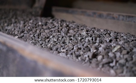 Minerals moving on conveyor belt in factory. Stock footage. Crushing and processing plant of minerals. Stone ore on conveyor plant factory Foto stock ©