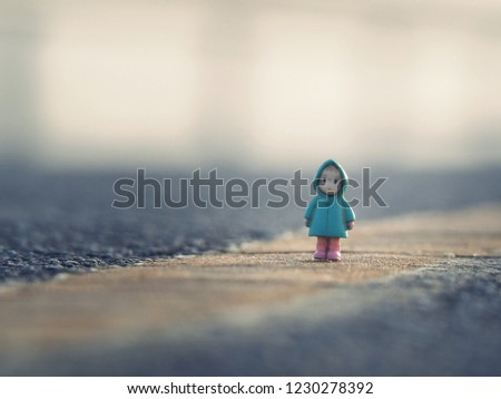 Mini figure Girls in the snow,Looks lonely and lonely. Lonely In the cold mist.