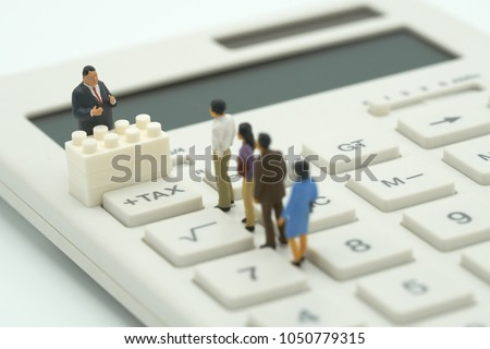 Miniature people Pay queue Annual income (TAX) for the year on calculator. using as background business concept and finance concept with copy space  for your text or  design. Foto stock ©