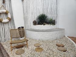 Minimalist style garden, white surrounds, Cozy garden