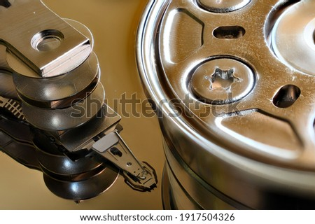 Mirror finish Spindle, Platter and Actuator arm from a modern computer Hard Drive Foto stock ©