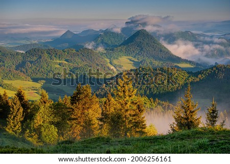 Misty morning with view of Trzy Korony (Three Crowns) peak in Pieniny National Park(Tri koruny, Pieniny, Pieninský národný park, Pieninski park narodowy ) Poland, sunrise with meadow an clouds. Zdjęcia stock ©