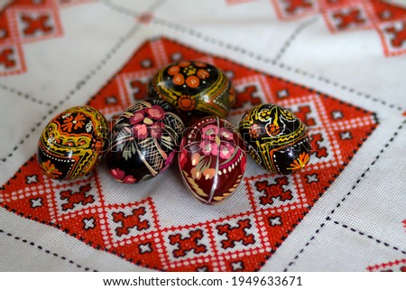 Mix of colored easter eggs with the traditional ukrainian slavic designs. Beautiful pysanka handmade - ukrainian traditional on a traditional embroidered tablecloth vyshyvanka. Selective focus Photo stock ©