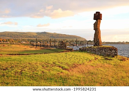 Moai with Pukao (Hat) of Ahu Ko Te Riku, with Group of Moai of Ahu Tahai in the Backdrop, Pacific Coast, Easter Island, Historic Place in Chile Stok fotoğraf ©