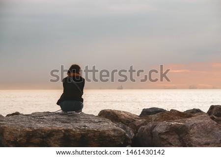 moda sahilinde oturan genç kadın Stok fotoğraf ©