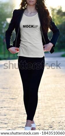 Modelo com camiseta feminina fazendo pose  Foto stock ©