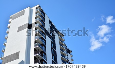 Modern and new apartment building. Multistoried modern, new and stylish living block of flats. Foto stock ©
