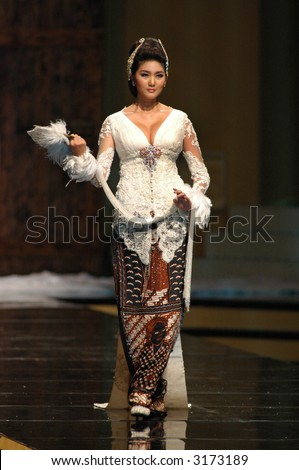 Modern Batik Kebaya Fashion Show By Anne Avantie Stock Photo 3173189