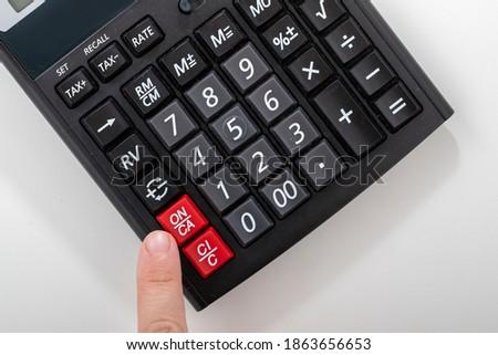Modern hesap makinesi, beyaz arka plan üzerinde işletme ve finans muhasebe kavramı Stok fotoğraf ©
