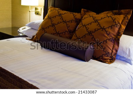 Modern king size bed in a luxurious hotel room
