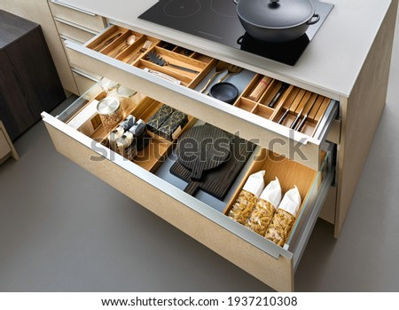 Modern kitchen, Open drawers, Set of cutlery trays in kitchen drawer. Solid oak wood cutlery drawer inserts. Foto stock ©