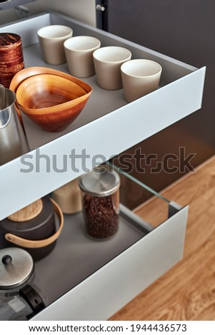 Modern kitchen, Open drawers, Set of cutlery trays in kitchen drawer. Stainless steel drawer box side. Foto stock ©