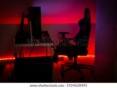 Modern LED red ambient light around gaming computer set at home. Home decor concept. Foto stock ©