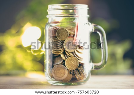 Monety euro w sÅ?oiku jako symbol oszczÄ?dzania pieniÄ?dzy. Zdjęcia stock ©