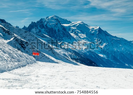Mont Blanc in winter as viewed from a ski slope n the ski resort of Le Tour ion the French Alps. The piste is empty. Nobody Foto stock ©