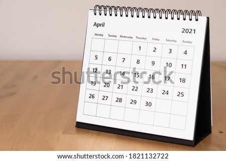 Month page: April in 2021 paper calendar on the wooden table Foto d'archivio ©