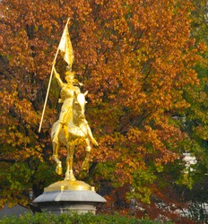 monument in philadelphia, with golden colors in autumn