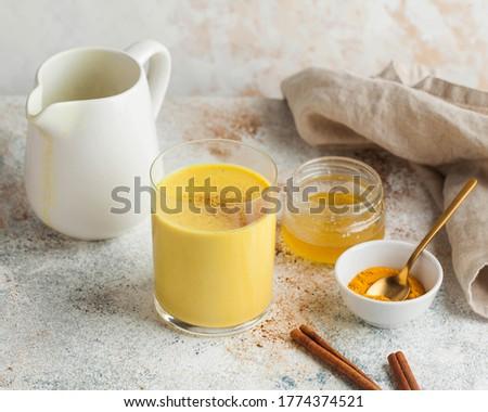 Moon milk for better sleep. Turmeric Golden milk with cinnamon, honey. Ayurvedic drink. Trending drink. Foto stock ©
