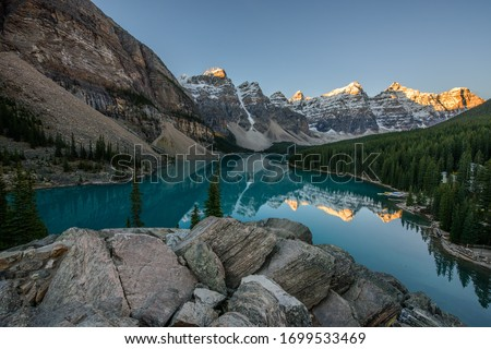 Moraine Lake is a glacier lake in Banff National Park, Canada. It lies fourteen kilometres from the village of Lake Louise in the Valley of the Ten Peaks Сток-фото ©