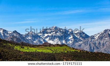 Morocco  High Atlas Mountain range. Morocco  High Atlas Mountain range. Springtime. Blue sky. Bright sunshine.  Foto stock ©