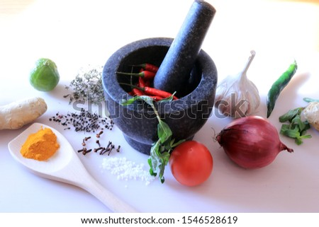 mortar is the basis for the creation of Creole cuisine: black and chili peppers, garlic, cloves, ginger, thyme, turmeric, tomato and onion.