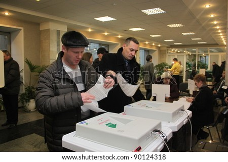 MOSCOW - DEC 4 - Parliamentary elections in Russia: unidentified people vote on december 4, 2011 in Moscow